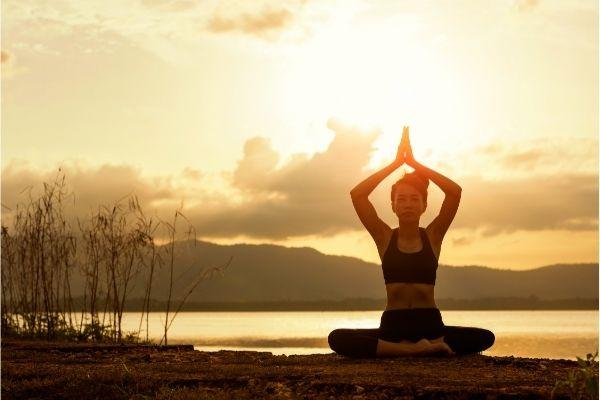Femme pratiquant la posture Pranayama