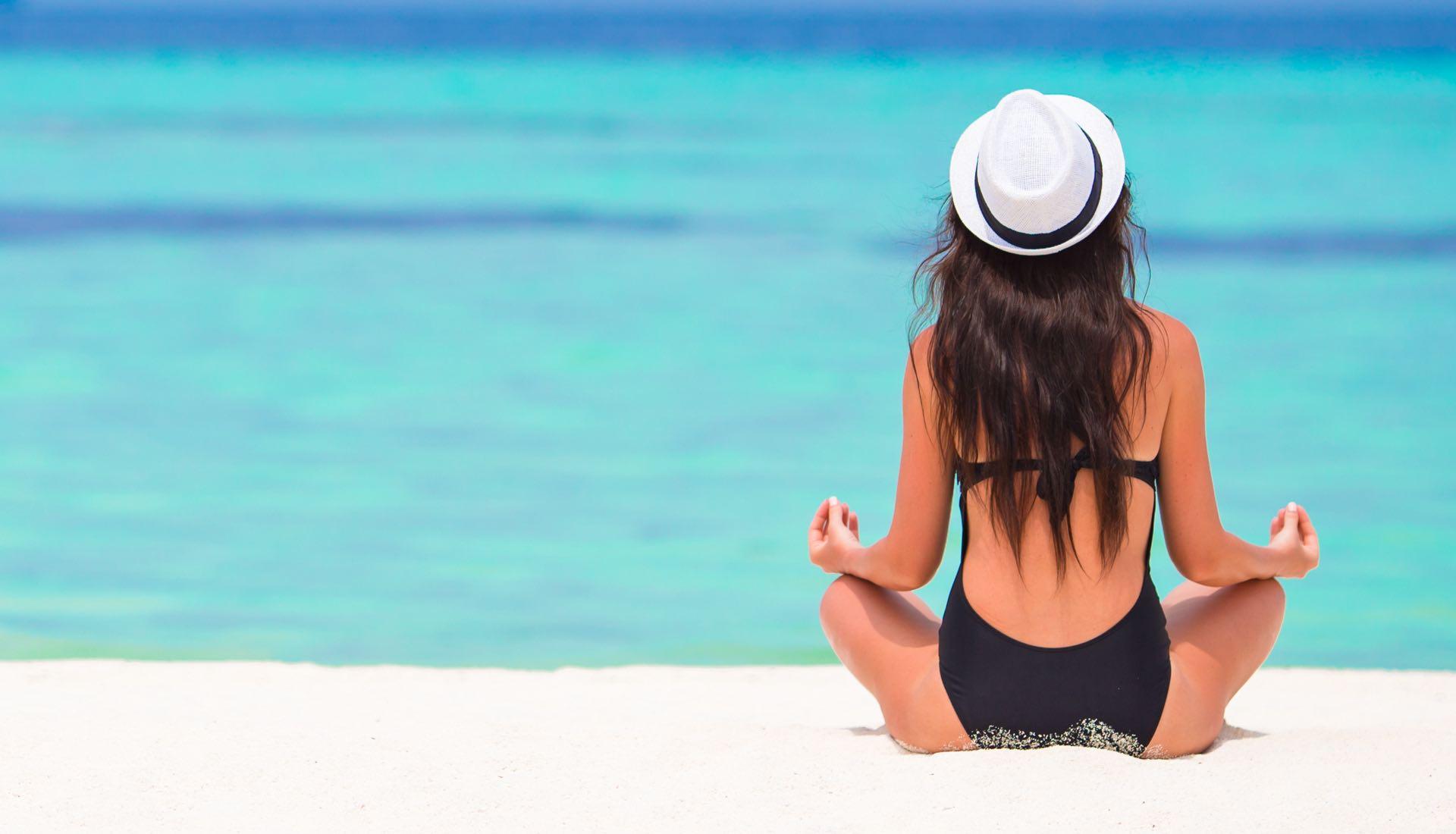 pratique du Yoga sur une plage