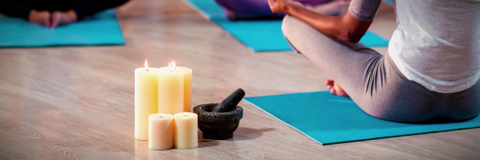 instructeur de yoga qui donne un cours