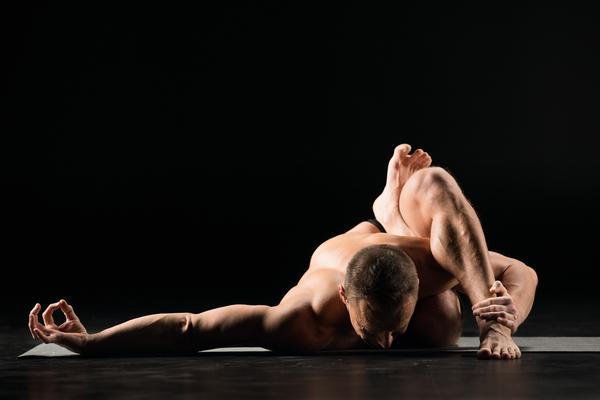 yogi en posture au sol